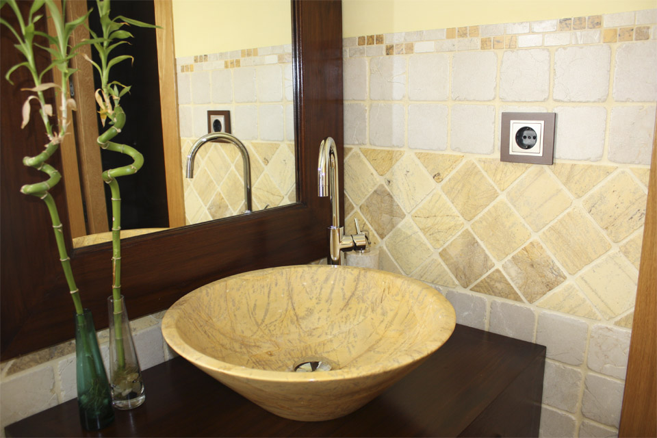 Decoracion De Baño Blanco:Decoracion de baño con lavabo en mármol 10×10 blanco y amarillo