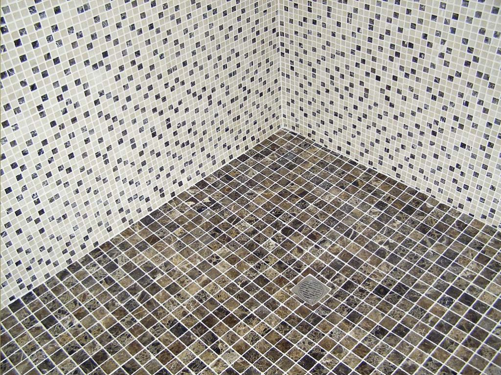 Ba o de marmol platos de duchas de obra con marmol - Banos decorados con mosaicos ...