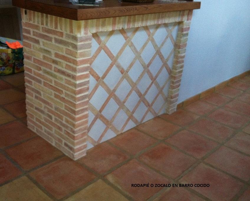 Baldosa de barro ladrillo valent n pavimento barro for Zocalos para patios modernos